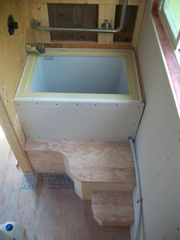Pete 39 s 125 sq ft tiny house on wheels in british columbia for Sit down shower tub