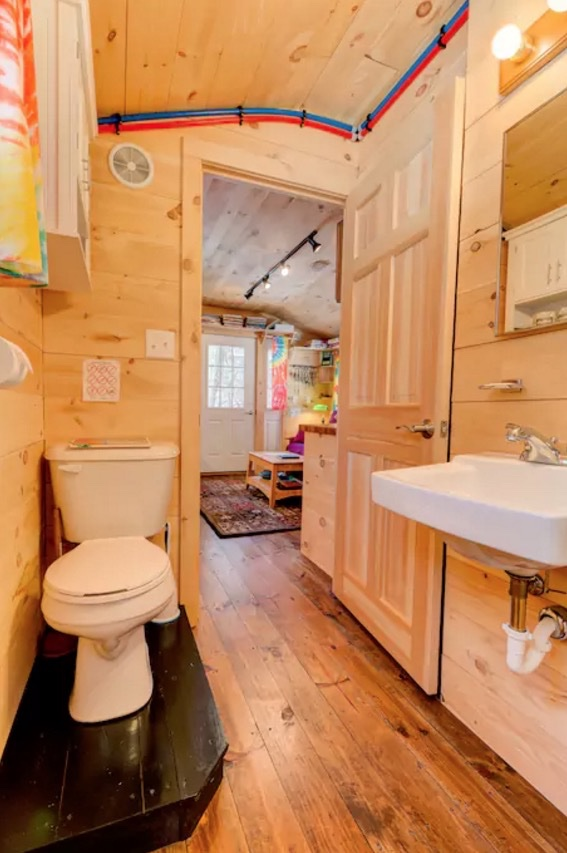 The Tiny Apple Blossom Cottage 008
