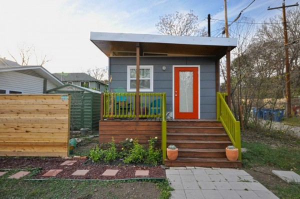 kanga 280 sq ft tiny home in the city 01 600x398   Kanga 14x20 Tiny House in the City