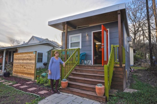 kanga 280 sq ft tiny home in the city 02 600x398   Kanga 14x20 Tiny House in the City