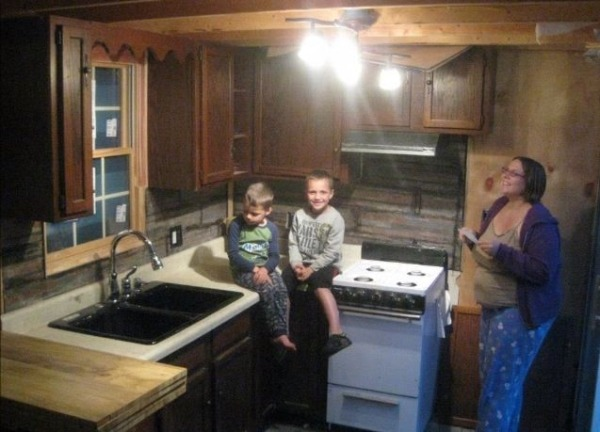 man-builds-5k-tiny-house-for-family-2