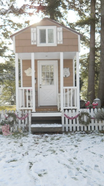 Tonita's Pink Christmas Tiny House (1)