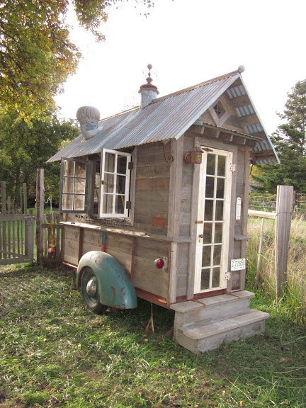 Rustic tiny house on wheels for Casa de jardin mobile home park
