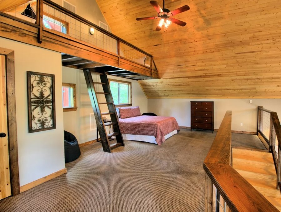 1500-sq-ft Cabin with Tiny House Style via VRBO 0015