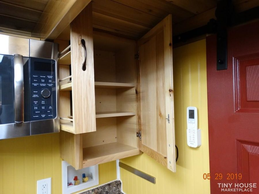 Self-Built 18′ Tiny House w/ Cottagey Style 18