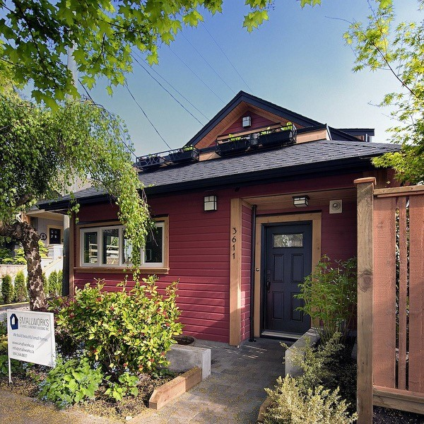 Scott-and-Tania-485-Sq-Ft-Cottage-001