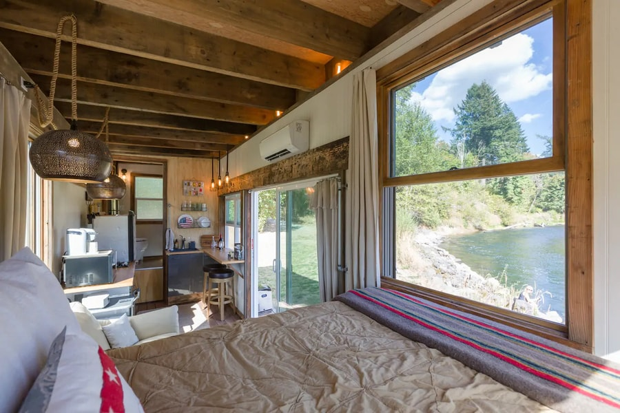 Tiny River House on Clackamas River 002