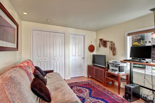 craftsman-style-portage-bay-float-house-2nd-bedroom-via-smallhousebliss