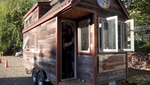 deeks-tour-of-couples-tiny-house-giant-journey-0003b