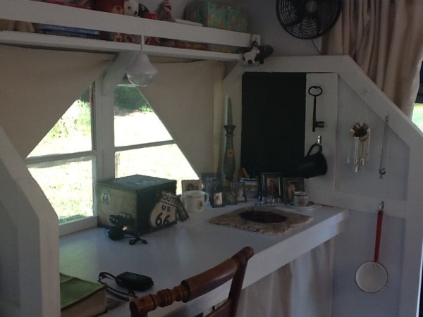 Woman Turns School Bus Into Diy Tiny Cottage On Wheels