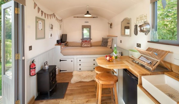 shepherds-hut-retreat-delight-tiny-cabin-002