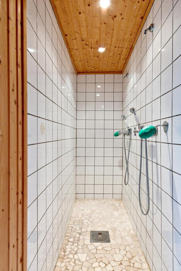 tBeautiful Tiny Cottage with Separate Dual-shower Bathhouse