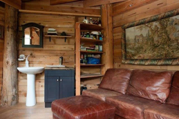 tiny-off-grid-cabin-in-forest-003
